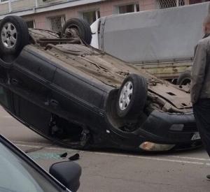 Видео: В Смоленске иномарка перевернулась на крышу