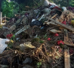 Смолянин пожаловался на свалку на кладбище (фото)