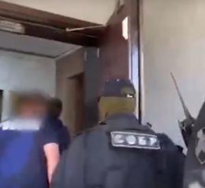 Видео: В Смоленске руководителя автовокзала взяли под стражу по обвинению в мошенничестве