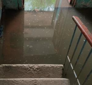 Жители дома в Сафонове жалуются на постоянный потоп