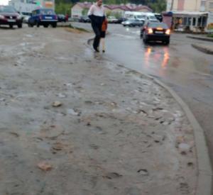 Жители микрорайона Королевка в городе Смоленске жалуются на отсутствие тротуара