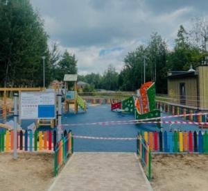 """В парке """"Соловьиная роща"""" на детской площадке уложили резиновое покрытие"""