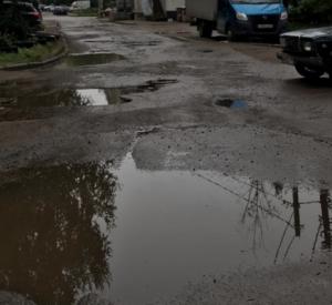 """Жители Смоленска жалуются на """"кратеры"""" возле детского сада"""