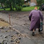 На улице Ломоносова разворотили новый бордюр