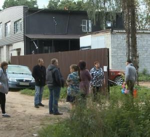 Видео: Жители Смоленска не могут проехать к домам из-за перекрытой дороги