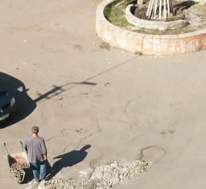 В Южном ямы на дорогах чинят при помощи фонтана