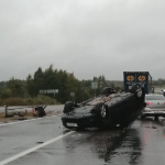 Под Смоленском на мокрой дороге опрокинулась иномарка