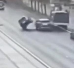 Момент опрокидывания иномарки в центре Смоленска попал на видео