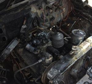 Видео: Автомобиль с буровой установкой загорелся во время движения