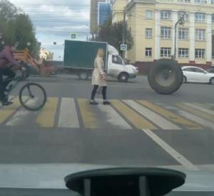 Видео: В Смоленске трактор лишился колеса на оживленном перекрестке