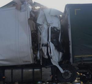 В Смоленской области произошла серьезная авария с большегрузами. Кабины всмятку (видео)