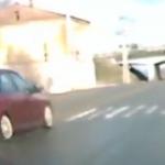 """Лихач на """"Ладе"""" едва не сбил парня, двигаясь по встречной полосе (видео)"""