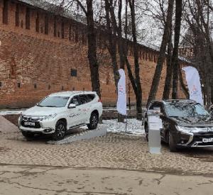 Алексей Островский потребовал разобраться в ситуации с иномарками у входа в Сквер Памяти героев
