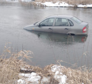 Под Смоленском автомобиль скатился в реку (фото)