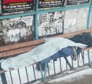 В Смоленске на остановке общественного транспорта скончался мужчина