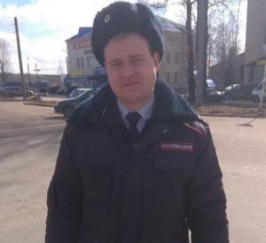 Смоленский полицейский помог женщине с двумя детьми и стал известен на весь город
