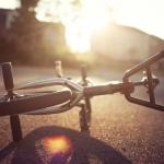 В Смоленской области автоледи сбила проезжающего мимо велосипедиста дверью машины