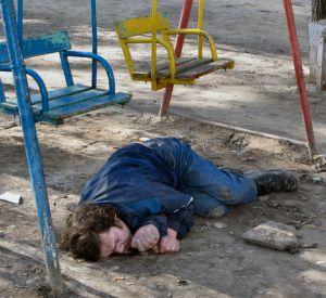 Пьяный нарушитель на детской площадке обматерил полицейского