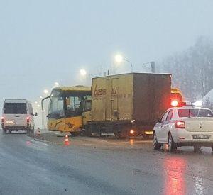 В Ярцевском районе на М1 рейсовый автобус столкнулся с грузовиком. Пострадала женщина