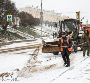 На борьбу со снегом в Смоленске вывели 70 единиц спецтехники