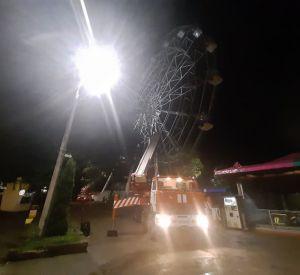 В Смоленске остановилось колесо обозрения с людьми в кабинках. Их спасение сняли на видео