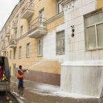 В центре города фасады домов моют пеной