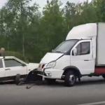 Жесткая авария на трассе: под Смоленском столкнулись фургон и легковушка [+ВИДЕО]