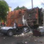 В Смоленске на машину с полицейскими опрокин6улся мусоровоз
