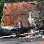 В Смоленске на машину с полицейскими опрокинулся мусоровоз