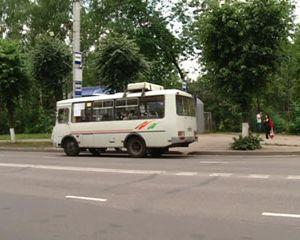 В Смоленске ребенок попал под колеса автомобиля, перебегая дорогу перед троллейбусом