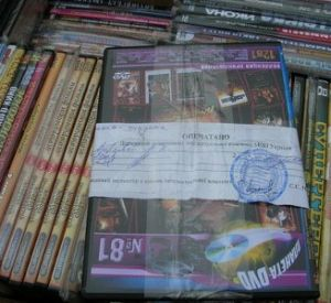 Смоленского предпринимателя осудят за реализацию контрафактных дисков