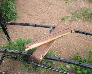 В Смоленске вандалы изуродовали скамейки и урны в парке 1100-летия