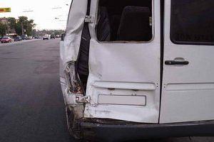 Пьяный сотрудник миграционной службы врезался в микроавтобус