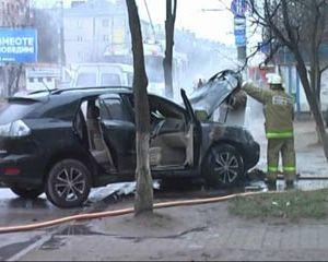 На улице Кирова в Смоленске пожарные потушили горящий автомобиль