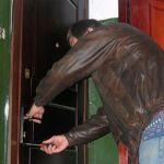 Пьяные воры ограбили незакрытую квартиру
