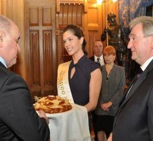 Мисс Россия встречала гостей на презентации Смоленщины в МИДе