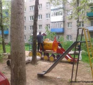В Смоленске на детскую площадку рухнуло дерево