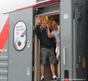 Они едут поддержать наших футболистов. Через Смоленск в Польшу проследовал целый поезд болельщиков