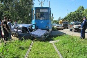В Смоленске «Лада» угодила под трамвай
