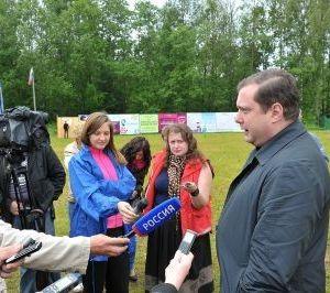 Губернатор Алексей Островский посетил молодежный лагерь «СМОЛА»