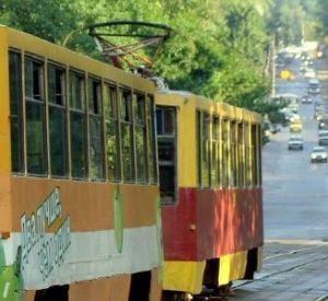 Смолянина, пытавшегося сесть в трамвай, сбила иномарка