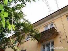 Соседи вызвали полицию, заметив ребенка на балконе