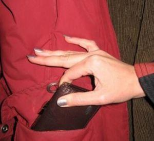 Пойманная с поличным карманница созналась еще в двух кражах