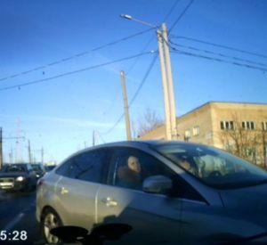 Наглая смолянка пыталась по встречной полосе объехать пробку (видео)