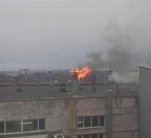 Очевидцы сняли на видео огонь на крыше «Шарма»