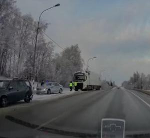 Видео: В Смоленской области большегруз на скользкой дороге врезался в легковой автомобиль