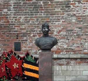 Неизвестные осквернили бюсты в Сквере памяти героев Смоленска (видео)