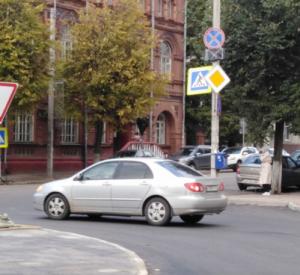 На перекрёстке улиц Коммунистической и Глинки изменили дорожные знаки