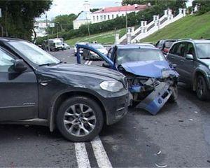 В Смоленске возле Успенского собора столкнулись три автомобиля