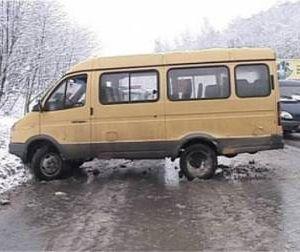 На обледенелой дороге маршрутку занесло, и смолянка выбила головой стекло